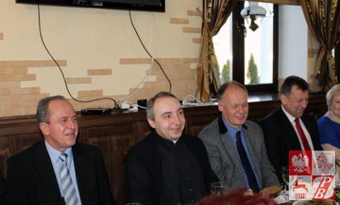 Goście przyjęcia konsul Zbigniew Pruchniak, ks. Andrzej Radziewicz, konsul generalny Andrzej Chodkiewicz oraz prezes ZPB Mieczysław Jaśkiewicz