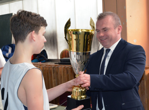 "Kapitan ""Sokoła - Grodno"" Artiom Maksimow odbiera Puchar za I miejsce, fot.: pultusk.pl"