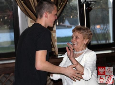 Młody wolontariusz Stowarzyszenia ODRA-NIEMEN korzysta z życiowej okazji zatańczenia z żywą legendą społeczności polskiej na Białorusi Weroniką Sebastianowicz