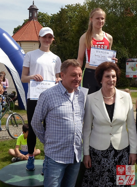 Olga Czeszczewik (pierwsza od lewej) na drugim stopniu podium