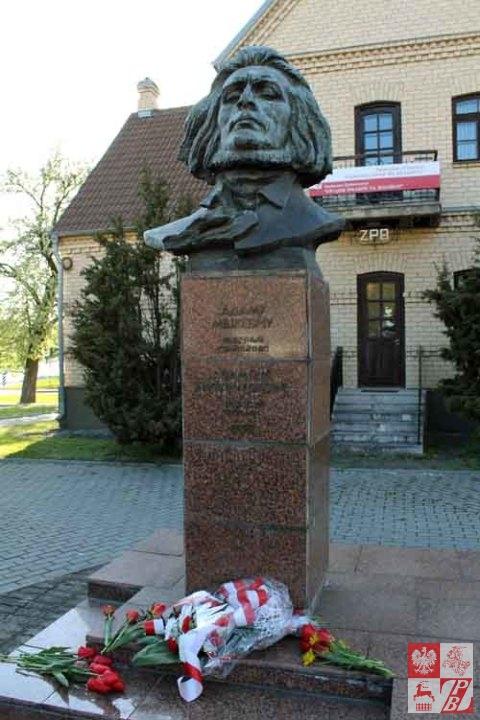 Grodno_Obchody_3_Maja_pomnik_Mickiewicza