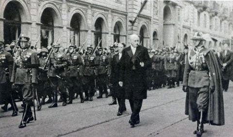Ignacy Mościcki w kondukcie żałobnym przechodzącym obok gmachu Ministerstwa Spraw Wewnętrznych, fot.: East News