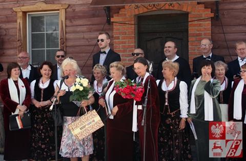 Helena Marczukiewicz, prezes Oddziału ZPB w Mińsku, przyjmuje życzenia urodinowe