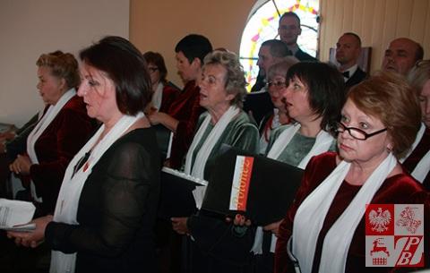 """Chór """"Polonez"""" śpiewa podczas Mszy świętej"""