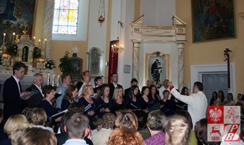"""W kościele, po nabożeństwie, śpiewa chór """"Społem"""""""
