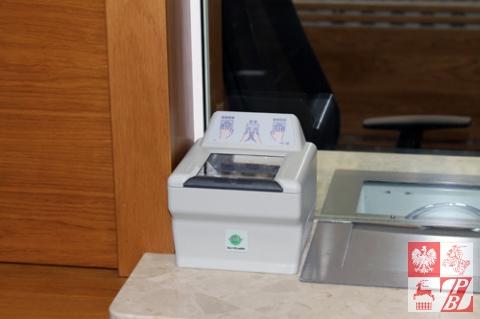 Skaner do pobierania odcisków palców, zainstalowanmy przy okienku w Konsulacie Generalnym RP w Grodnie