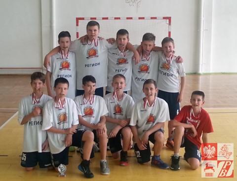 """Reprezentacja """"Sokoła"""" w mini-koszykówce ze srebrnymi medalami"""