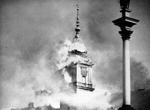 Płonący Zamek Królewski zbombardowany 17. września 1939 r.