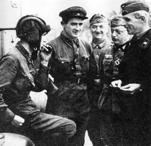 Niemieccy i radzieccy zolnierze na linii demarkacyjnej