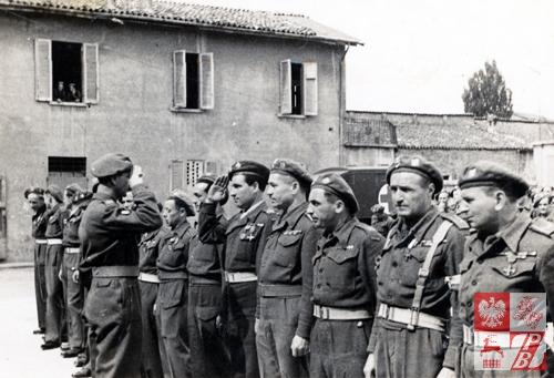 Michał Sićko salutuje dowódcy  podczas pełnienia służby w Armii Andersa