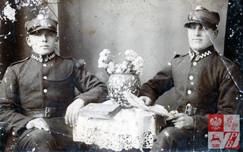 Michał Sićko (po prawej) z kolegą broni podczas pełnienia zasadniczej służby wojskowej