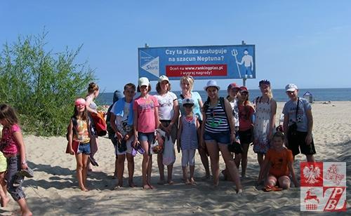 Dzieciaki z Lidy przed wejściem na plażę