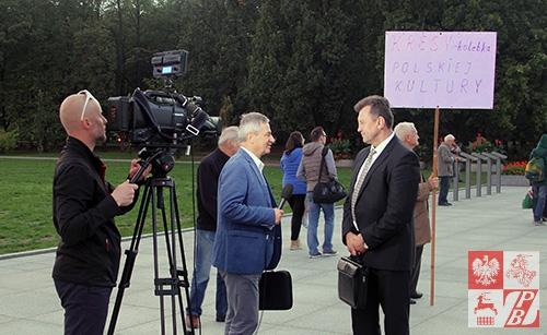 Mieczysław Jaśkiewicz udziela wywiadu telewizyjnego