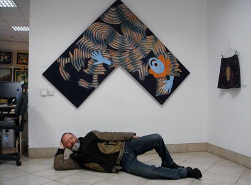 """George Pedder Smith na tle jednego z obrazów z cyklu """"Turbulencja"""""""