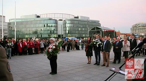 Organizatorzy i goście obchodów przygotowali się do złożenia wieńców i kwiatów na Grobie Nieznanego Żołnierza