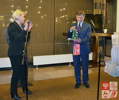Marek Kuchciński trzyma choinkę z Baranowicz dla Jarosława Kaczyńskiego