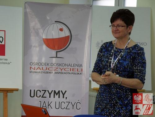 Halina Żurawski z Chicago (USA) prezentuje tamtejszy LOM