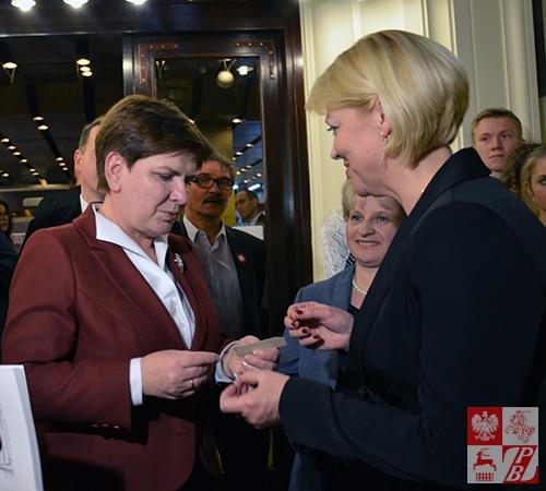 Premier beata Szydło dzieli się opłatkiem z Andżeliką Borys