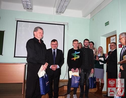 Zwycięzca sprawdzianu Leonid Wołodźko, radca Marek Pędzich, szef Wydziału Konsularnego przy Ambasadzie RP w Mińsku, Marek Szumski (II miejsce) i Timur Bujko (III miejsce)