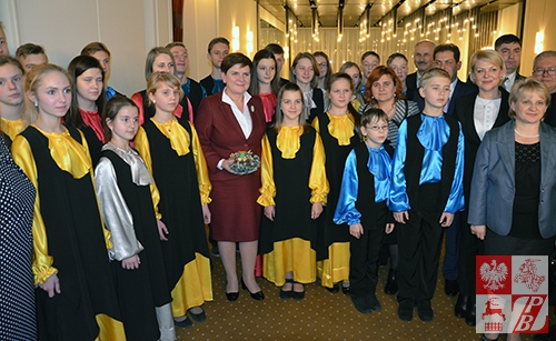 Zdjęcie pamiątkowe dzieci z Baranowicz z Premier RP Beatą Szydło