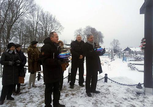 Znicze przy Krzyżach Powstańców na cmentarzu w Jeziorach stawiają konsulowie RP Zbigniew Pruchniak i Leszek Wanat