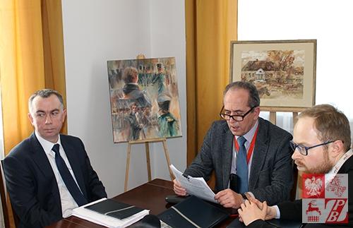 W Grodnie na pytania dziennikarzy, dortyczące otwarcia centrów wizowych odpowqiadali pracownicy Konsulatu Generalnego RP w Grodnie: szef placówki