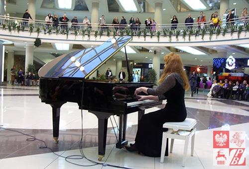 Gra Irena Apalińska, nauczycielka w Dziecięcej Szkole Muzycznej nr 3 im. F. Chopina w Mińsku