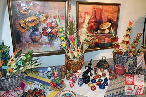Obrazy Gennadiusza Picki stanowiły doskonałe tło dla dekoracji, wykonanycvh przez twórców ludowych