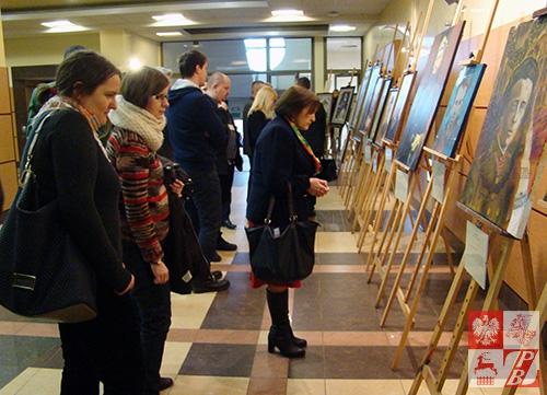 Mieszkańcy Białegostoku zwiedzają wystawę