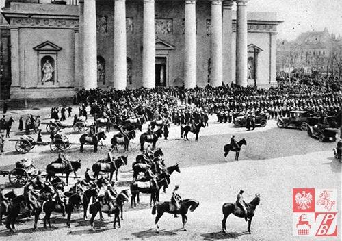 Wojsko_polskie_na_placu_Katedralnym_w_Wilnie_kwiecien_1919_roku_fot_MUZEUM_WOJSKA_POLSKIEGO_W_WARSZAWIE