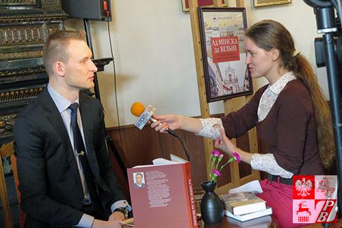 Wiktor Korbut udziela wywiadu telewizji Biełsat