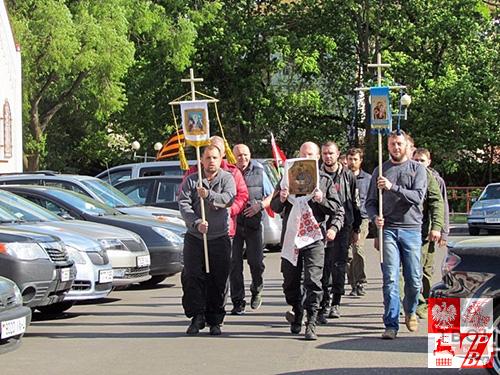 Procesia z udziałem uczestników prawosławnego rajdu samochodowego