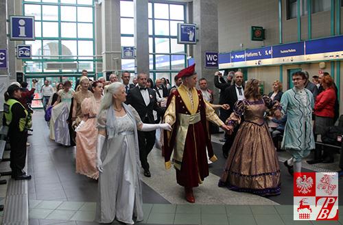 """Taneczny """"flash mob"""" na dworcu Łódź Kaliska"""