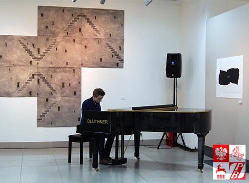 Grą na fortepianie uświetnił wernisaż białoruski pianista Iwan Moliboszko