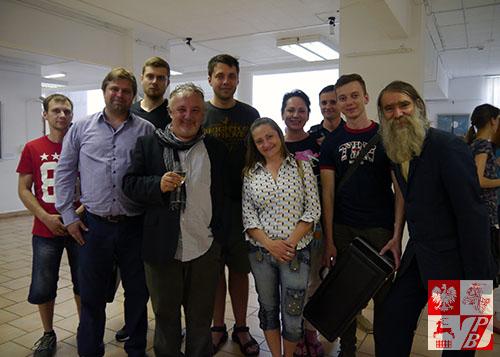 Ryszard Kaja (z kieliszkiem) zrobił zdjęcie pamiątkowe z nowymi przyjaciółmi z Mińska