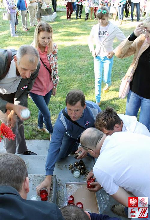 Podpalanie zniczy na Cmentarzu Lotników w Lidzie, fot.: Aleksy Gil