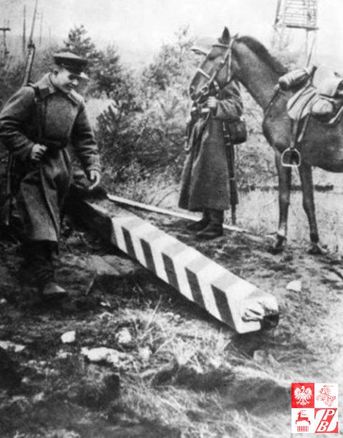 radzieccy_pogranicznice_obok_zniszczonego_polskiego_slupu_granicznego