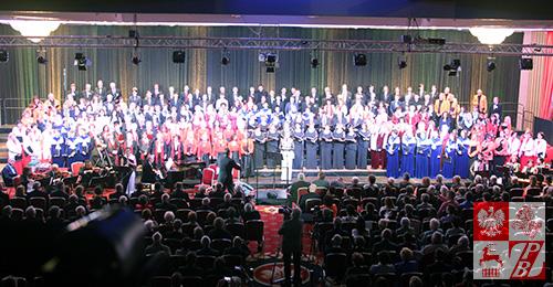 Uczestnicy V Zjazdu Chóreów Polonijnych na jednej scenie
